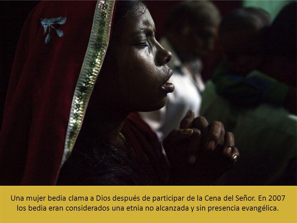Una mujer bedia clama a Dios después de participar de la Cena del Señor. En 2007 los bedia eran considerados una etnia no alcanzada y sin presencia ev