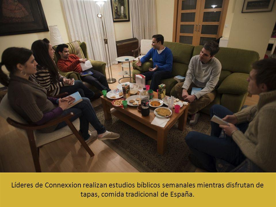 Líderes de Connexxion realizan estudios bíblicos semanales mientras disfrutan de tapas, comida tradicional de España.