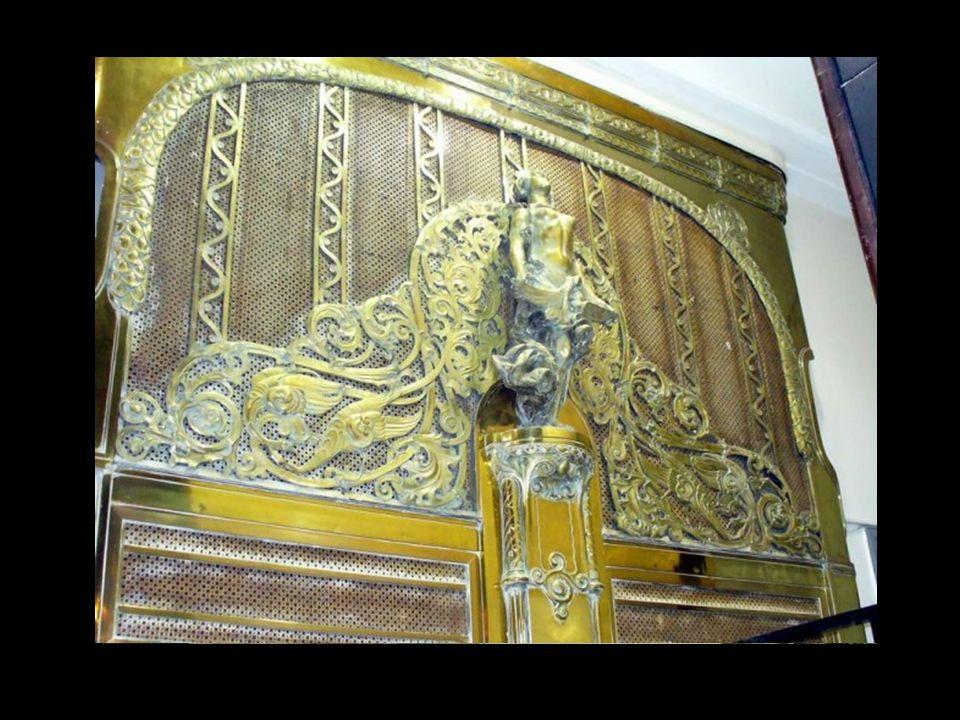 El interior de la Güemes es una selva de ornamentos, de ménsulas y luminarias de bronce, de esculturas, herrerías, tímpanos con grafitos en estilo cas