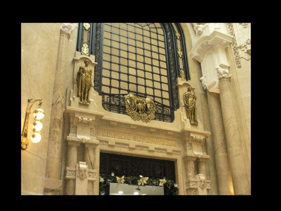 La galería es de doble altura y sus altas columnas contienen grandes aperturas que dejan ver una planta baja y un entrepiso. Estas columnas tienen un
