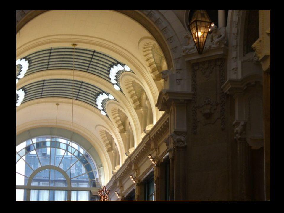 Las bóvedas están puntuadas por grandes paños de vidriería, grandes tragaluces bordeados por luminarias como ojos, ovalados y blancos. Junto a las dos