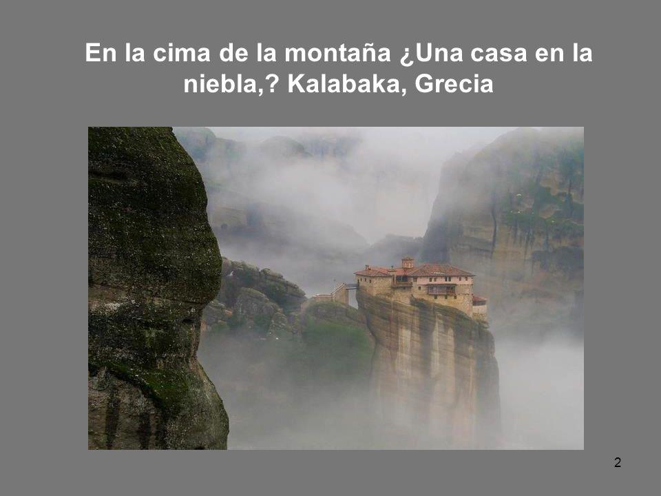 2 En la cima de la montaña ¿Una casa en la niebla,? Kalabaka, Grecia