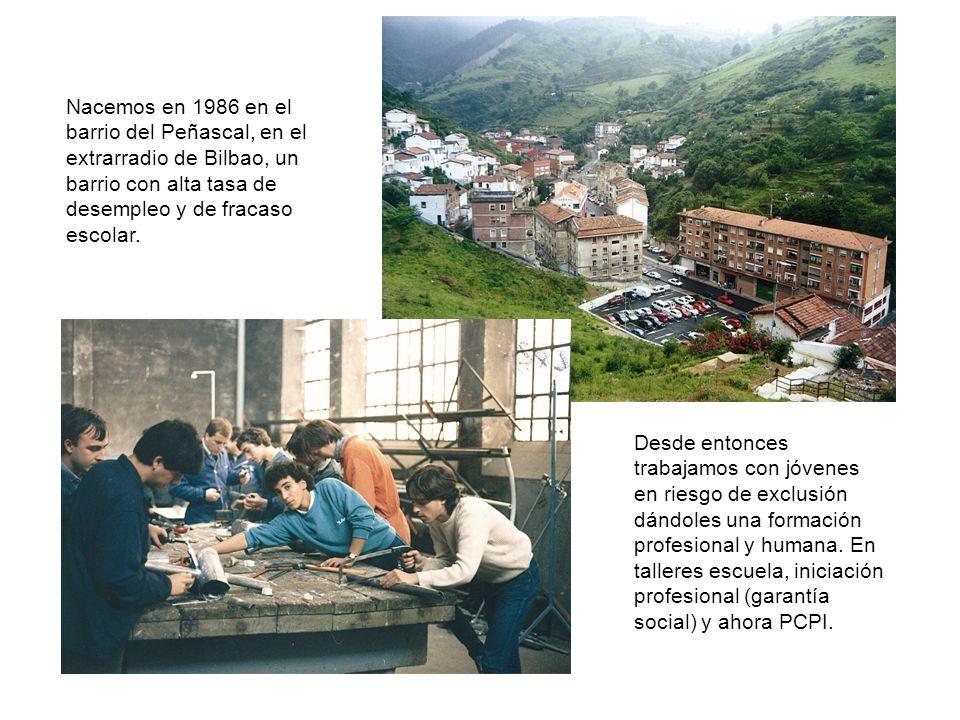 Nacemos en 1986 en el barrio del Peñascal, en el extrarradio de Bilbao, un barrio con alta tasa de desempleo y de fracaso escolar. Desde entonces trab