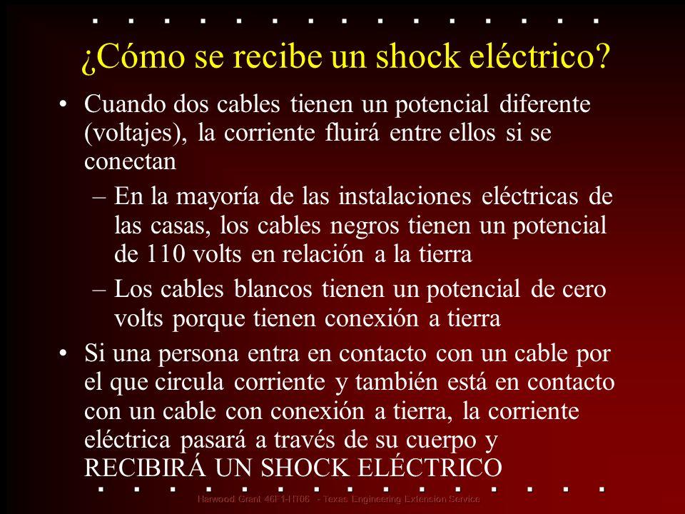 ¿Cómo se recibe un shock eléctrico? Cuando dos cables tienen un potencial diferente (voltajes), la corriente fluirá entre ellos si se conectan –En la