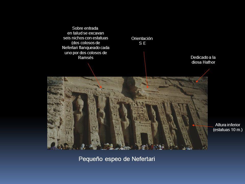 Pequeño espeo de Nefertari Dedicado a la diosa Hathor Sobre entrada en talud se excavan seis nichos con estatuas (dos colosos de Nefertari flanqueado cada uno por dos colosos de Ramsés Altura inferior (estatuas 10 m.) Orientación S E