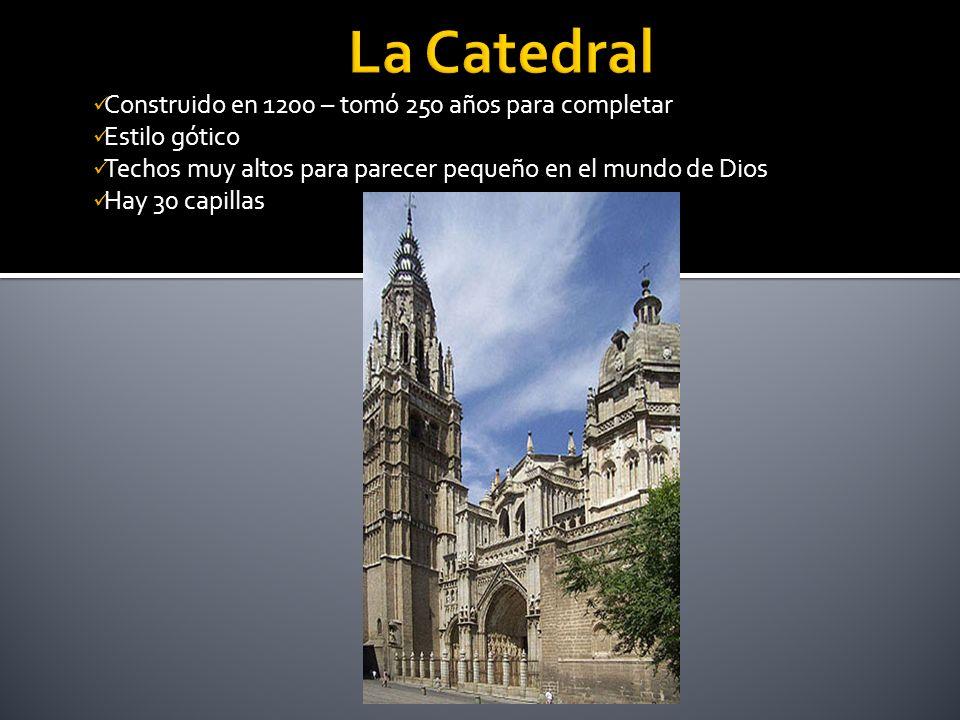 Construido en 1200 – tomó 250 años para completar Estilo gótico Techos muy altos para parecer pequeño en el mundo de Dios Hay 30 capillas
