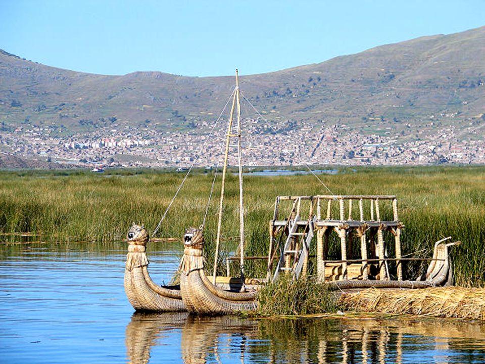 Las islas flotantes están hechas de totora, un tipo de caña que crece en el lago y que les suministra casa, alimento y el transporte para sus residentes.