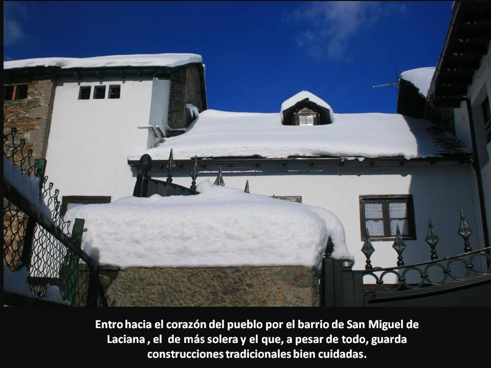 Entro hacia el corazón del pueblo por el barrio de San Miguel de Laciana, el de más solera y el que, a pesar de todo, guarda construcciones tradiciona