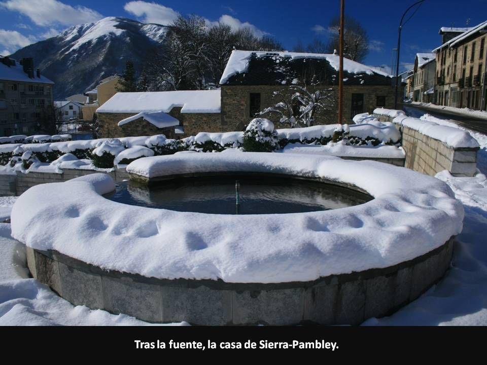 Tras la fuente, la casa de Sierra-Pambley.