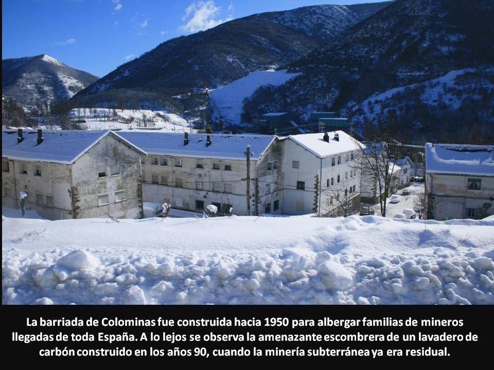 La barriada de Colominas fue construida hacia 1950 para albergar familias de mineros llegadas de toda España. A lo lejos se observa la amenazante esco