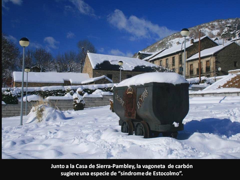 Junto a la Casa de Sierra-Pambley, la vagoneta de carbón sugiere una especie de síndrome de Estocolmo.