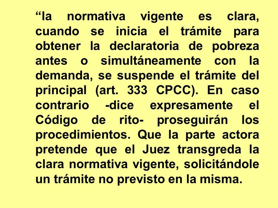 la normativa vigente es clara, cuando se inicia el trámite para obtener la declaratoria de pobreza antes o simultáneamente con la demanda, se suspende el trámite del principal (art.