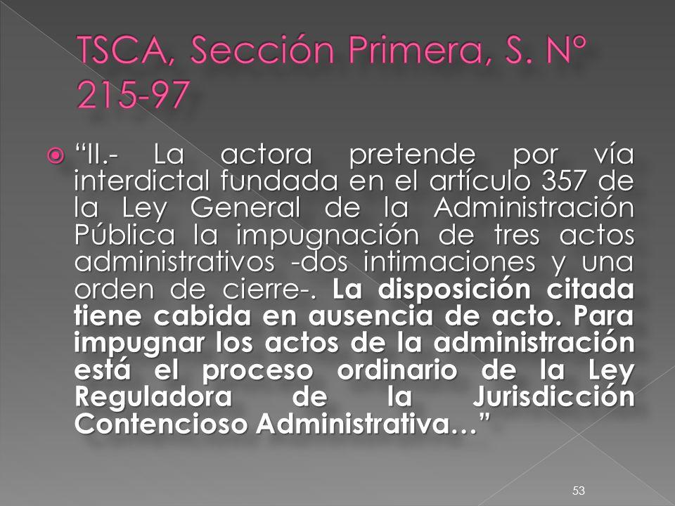 II.- La actora pretende por vía interdictal fundada en el artículo 357 de la Ley General de la Administración Pública la impugnación de tres actos administrativos -dos intimaciones y una orden de cierre-.