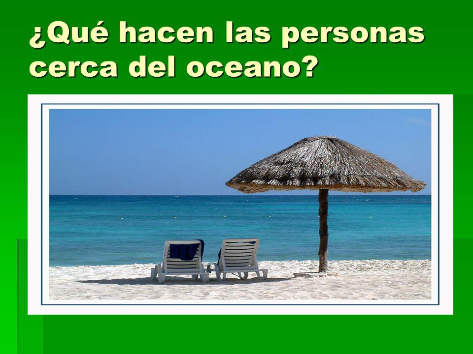 ¿Qué hacen las personas cerca del oceano?