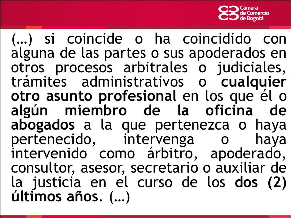 (…) si coincide o ha coincidido con alguna de las partes o sus apoderados en otros procesos arbitrales o judiciales, trámites administrativos o cualqu