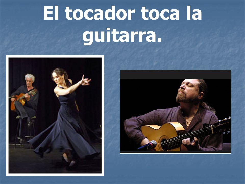 El tocador toca la guitarra.