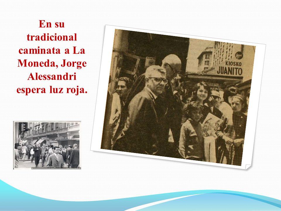 En su tradicional caminata a La Moneda, Jorge Alessandri espera luz roja.