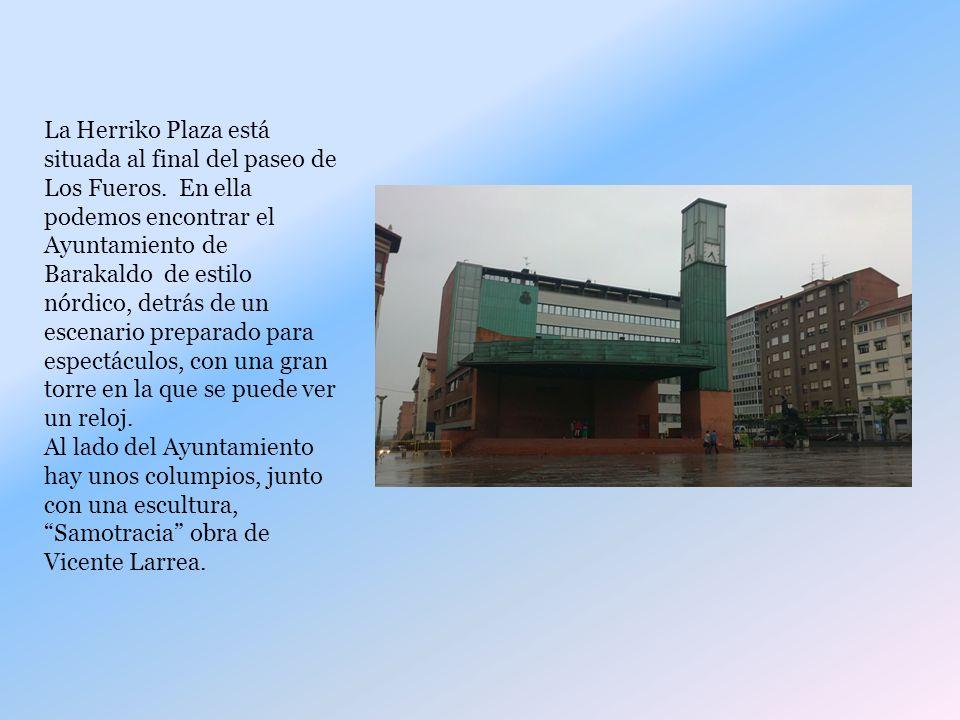 La Herriko Plaza está situada al final del paseo de Los Fueros.