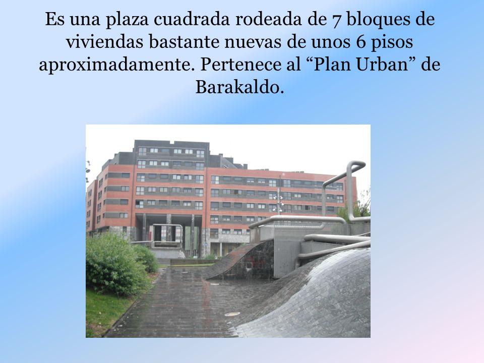Es una plaza cuadrada rodeada de 7 bloques de viviendas bastante nuevas de unos 6 pisos aproximadamente.