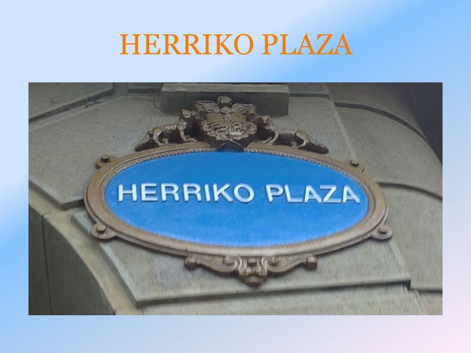 La plaza de San Vicente se encuentra junto a la Iglesia, al lado de la anteiglesia, del mercado de San Vicente, del servicio vasco de salud osakidetza y de una fuente hecha en 1888.