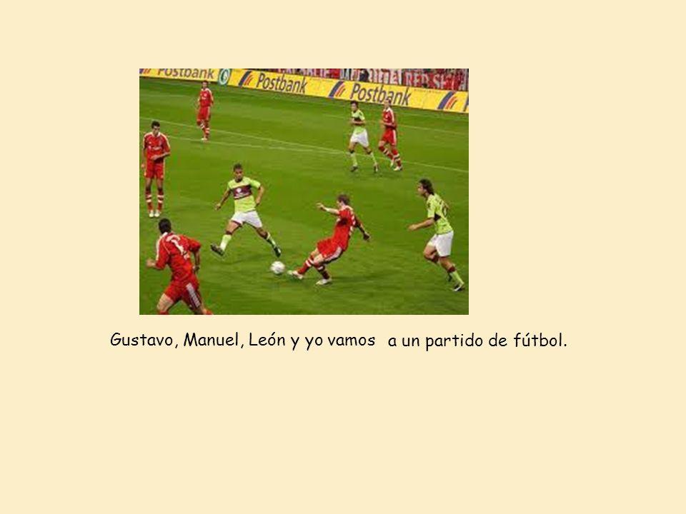 Gustavo, Manuel, León y yovamos a un partido de fútbol.