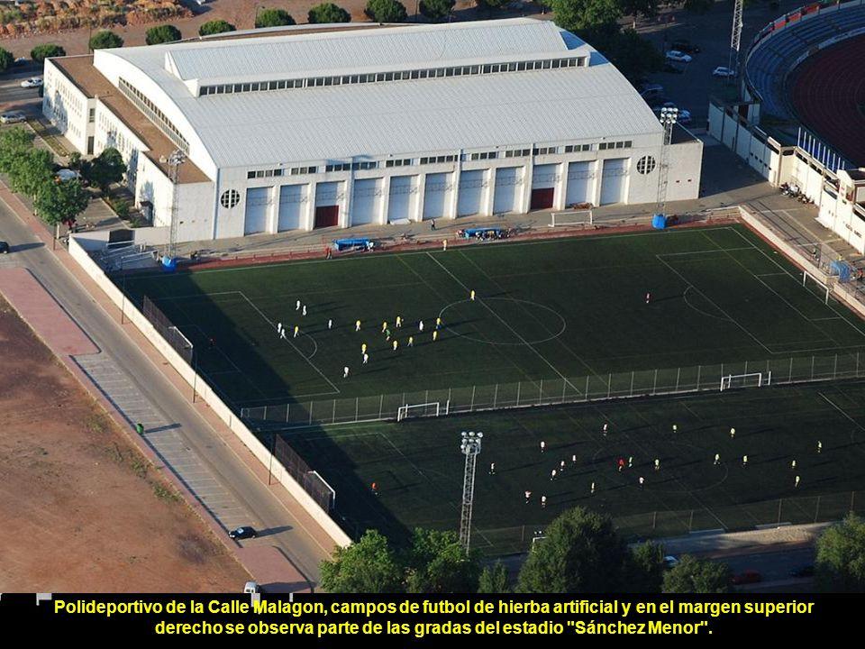 Polideportivo de la Calle Malagon, campos de futbol de hierba artificial y en el margen superior derecho se observa parte de las gradas del estadio Sánchez Menor .