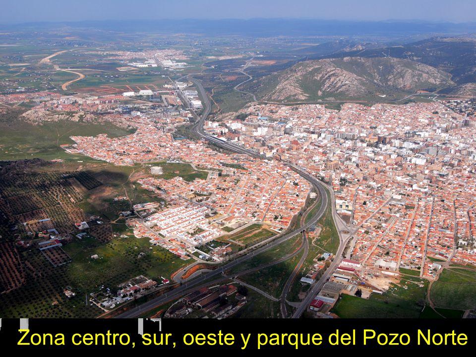 En el margen inferior el barrio Fraternidad, en el margen inferior derecho barrio del Carmen, en el centro de la imagen observamos el Paseo de San Gregorio y el centro de la Ciudad, los barrios del sur y el Parque del Pozo Norte con el museo de la minería y el Castillete del Pozo Norte.