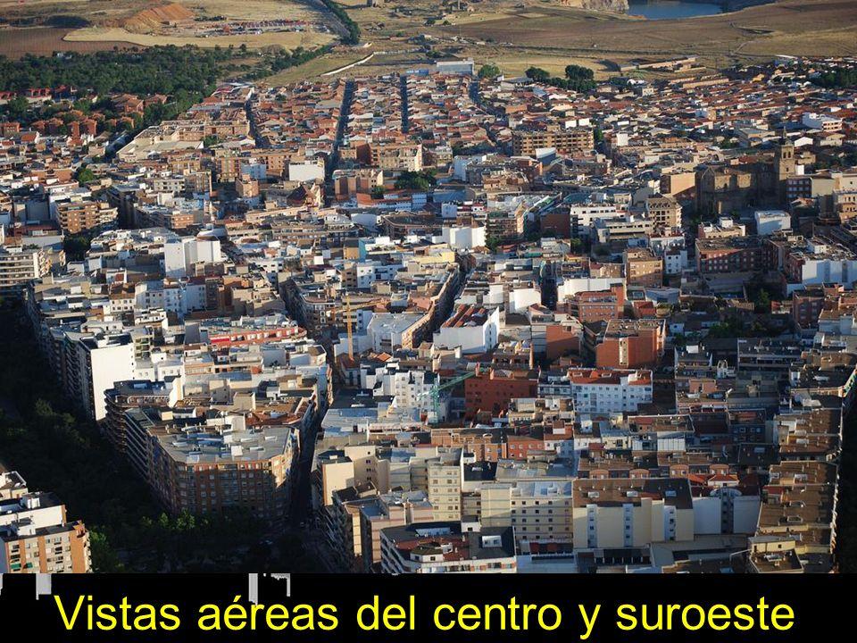 Vías del Ferrocarril y AVE, a la izquierda el centro de la ciudad y estación de ADIF (margen inferior izquierdo), a la derecha, barrios de las Mercedes y El Carmen.