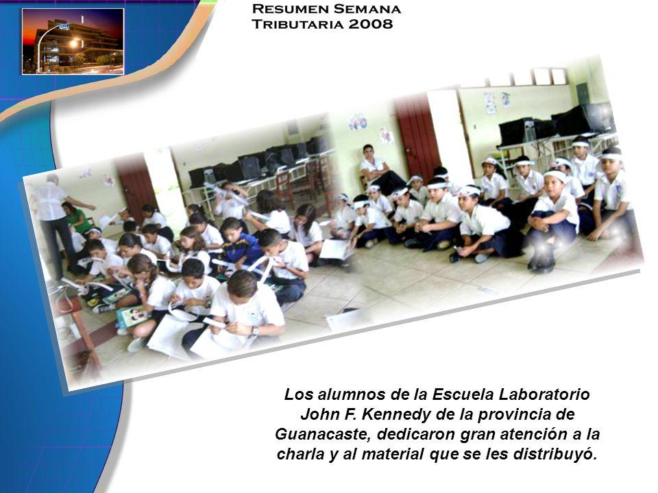 Los alumnos de la Escuela Laboratorio John F. Kennedy de la provincia de Guanacaste, dedicaron gran atención a la charla y al material que se les dist