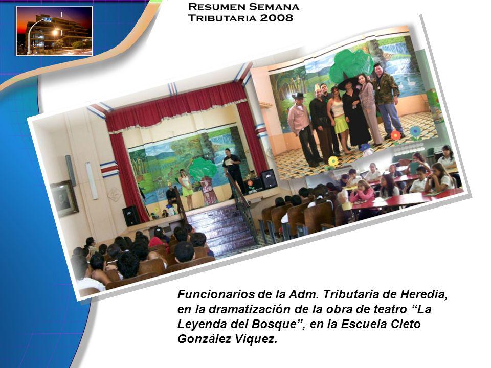 Funcionarios de la Adm. Tributaria de Heredia, en la dramatización de la obra de teatro La Leyenda del Bosque, en la Escuela Cleto González Víquez.