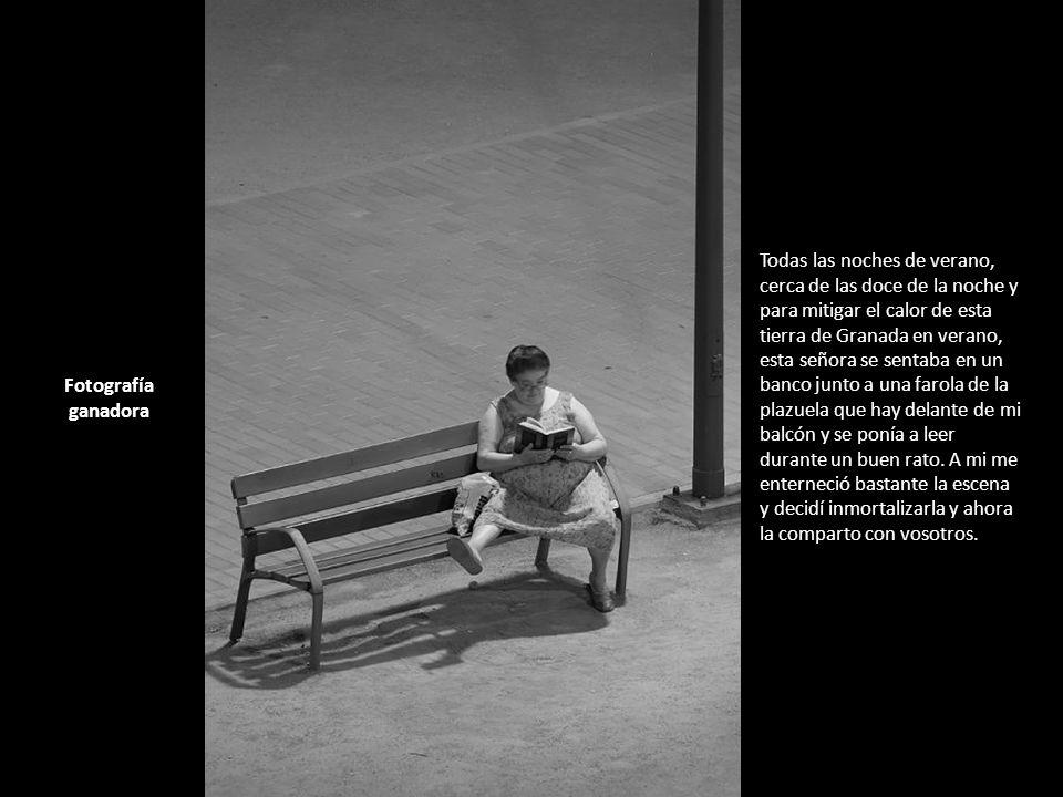 Todas las noches de verano, cerca de las doce de la noche y para mitigar el calor de esta tierra de Granada en verano, esta señora se sentaba en un banco junto a una farola de la plazuela que hay delante de mi balcón y se ponía a leer durante un buen rato.