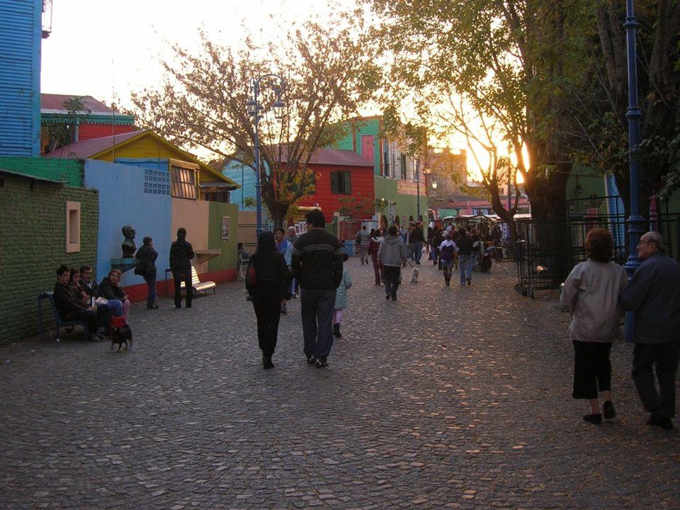 Inicio de la calle Caminito Como dice Belmaña nadie «puede considerar que ha conocido Buenos Aires si no ha caminado sus calles apreciando La vuelta d
