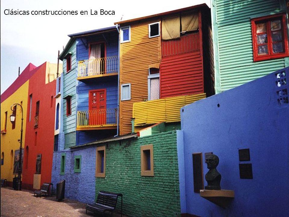 Los multicoloridos y tradicionales «conventillos» que actualmente engalanan el tradicional Caminito fueron las viviendas típicas de los inmigrantes it