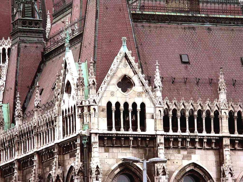 Budapest fue la unión de tres ciudades en 1873 y siete años después la Asamblea Nacional decidió construir un nuevo Edificio del Parlamento, que expre
