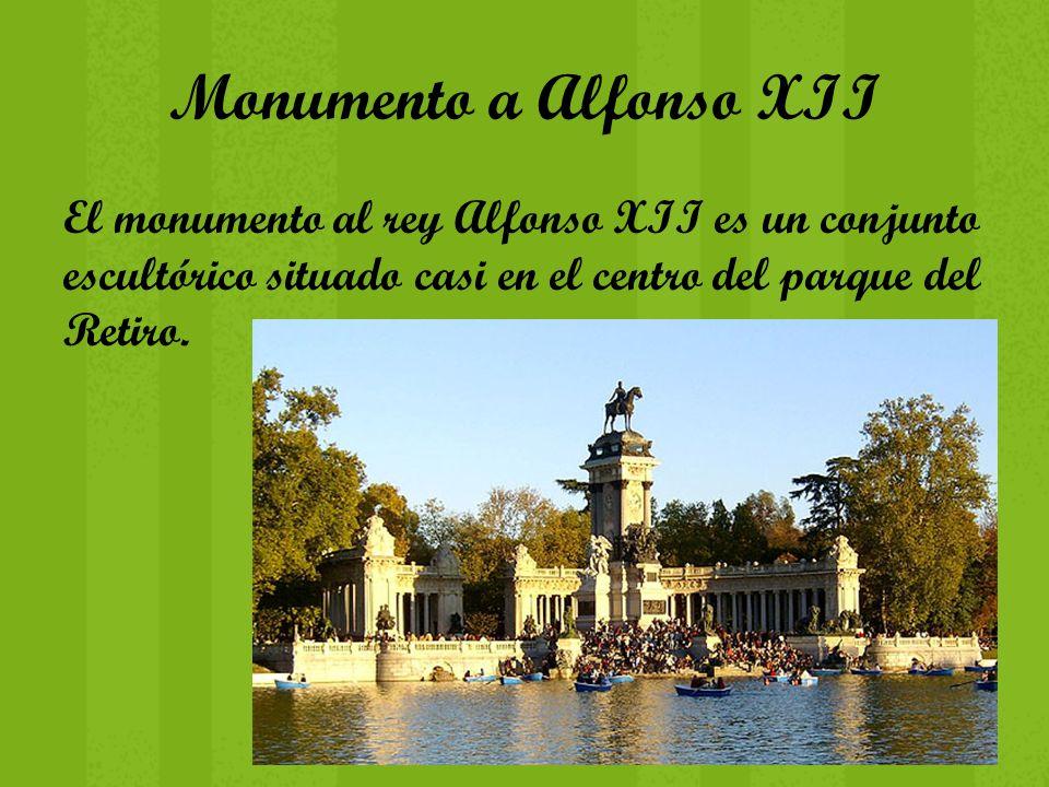 Monumento a Alfonso XII El monumento al rey Alfonso XII es un conjunto escultórico situado casi en el centro del parque del Retiro.