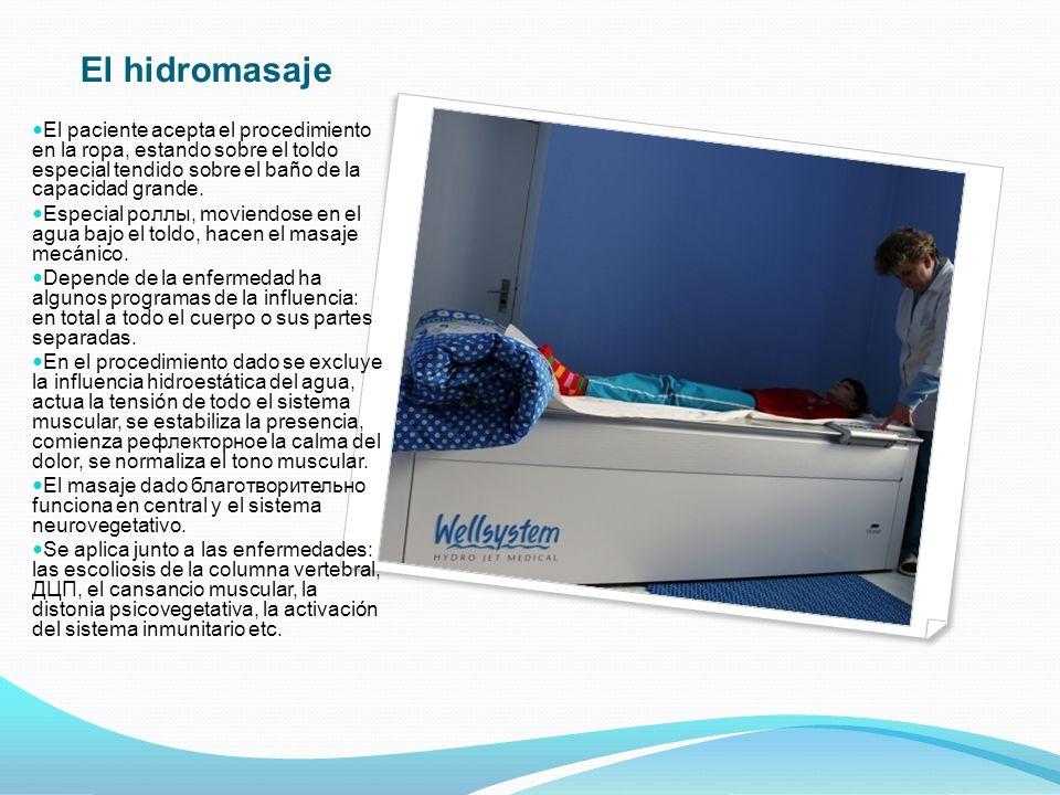 El hidromasaje El paciente acepta el procedimiento en la ropa, estando sobre el toldo especial tendido sobre el baño de la capacidad grande.