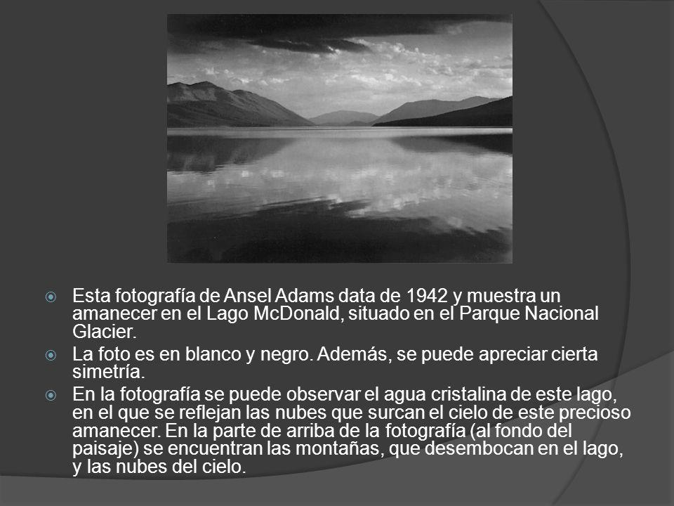 Esta fotografía de Ansel Adams data de 1942 y muestra un amanecer en el Lago McDonald, situado en el Parque Nacional Glacier. La foto es en blanco y n