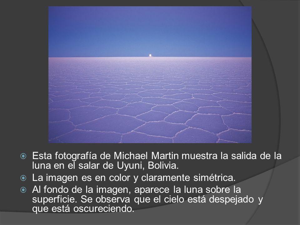 Esta fotografía de Michael Martin muestra la salida de la luna en el salar de Uyuni, Bolivia. La imagen es en color y claramente simétrica. Al fondo d