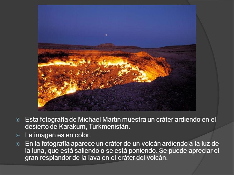 Esta fotografía de Michael Martin muestra un cráter ardiendo en el desierto de Karakum, Turkmenistán. La imagen es en color. En la fotografía aparece