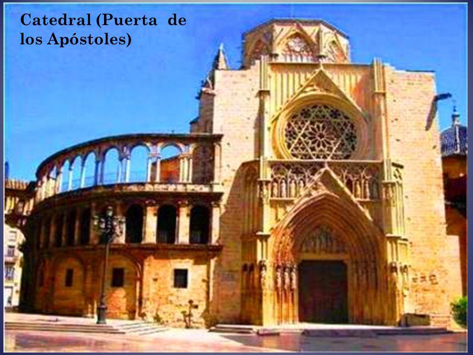 El Miguelet, es el campanario de la Catedral, de planta octogonal y 68 metros de alto, fue construido en 1380, es de estilo gótico con elementos barro