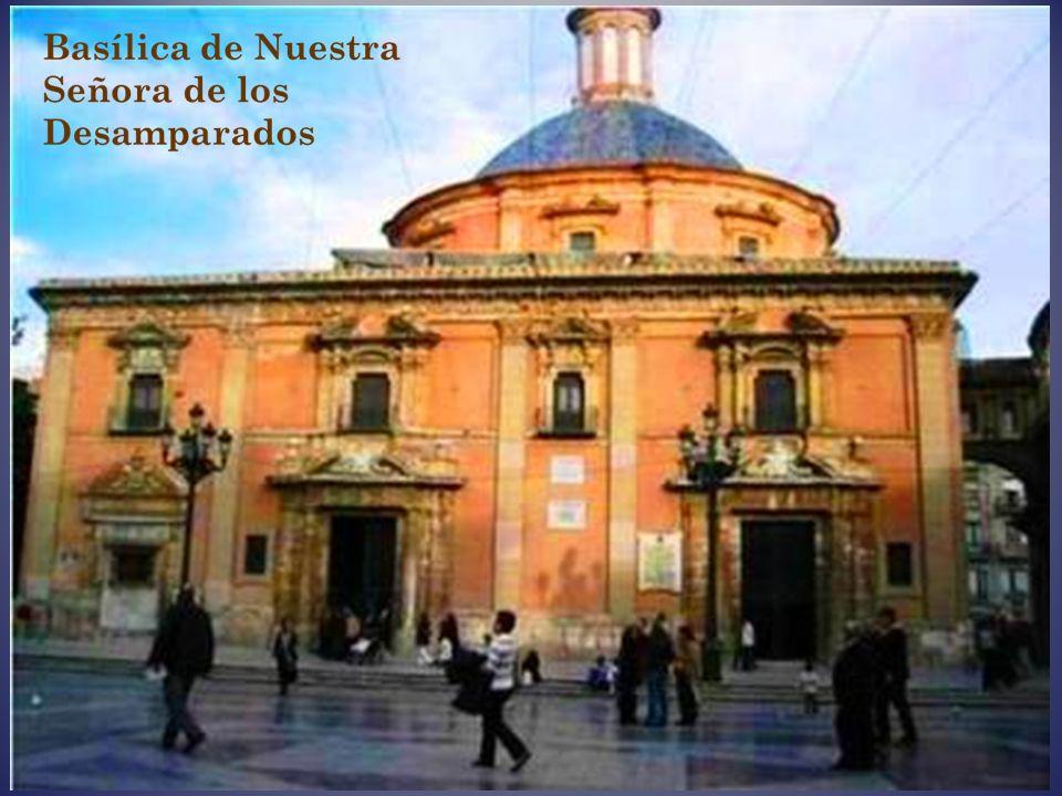 En la plaza de la Virgen se encuentra el Palacio de la Generalidad Valenciana, la Basílica de la Virgen de los Desamparados y la Catedral de Valencia