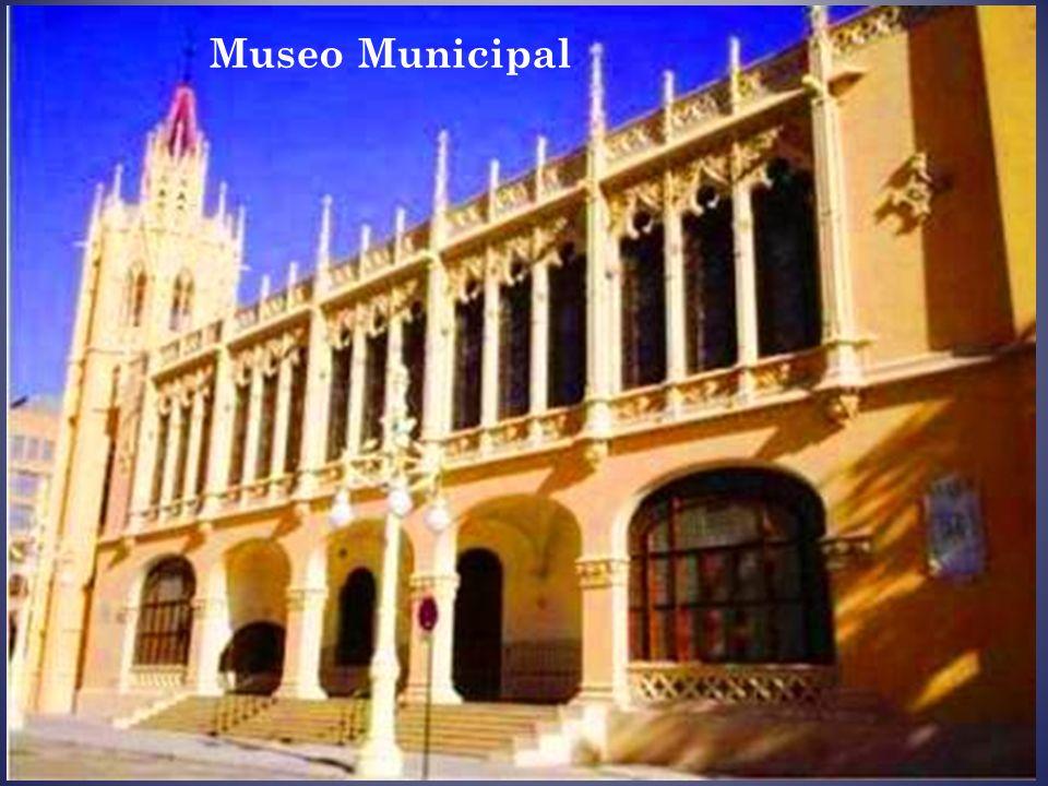 Palacio de Pineda. S u fachada neoclásica se caracteriza por su gran simetría, con dos remates a modo de torres en los lados y una gran puerta en el c