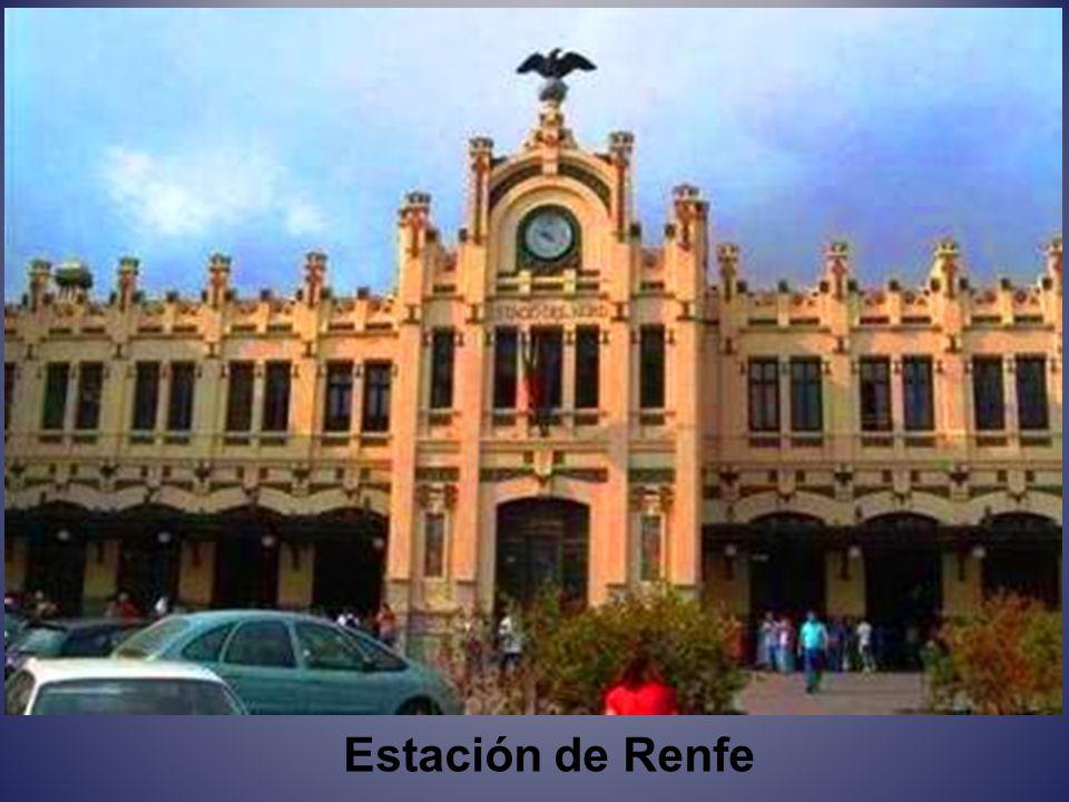 Palacio del Marqués de Dos Aguas Es un palacio de 3 pisos, de estilo barroco, en el que se mantienen perfectamente todos lo muebles, lámparas y objetos de la época.