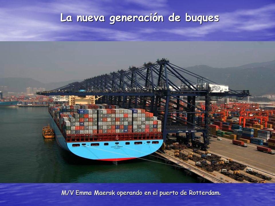 La nueva generación de buques M/V Emma Maersk operando en el puerto de Rotterdam.