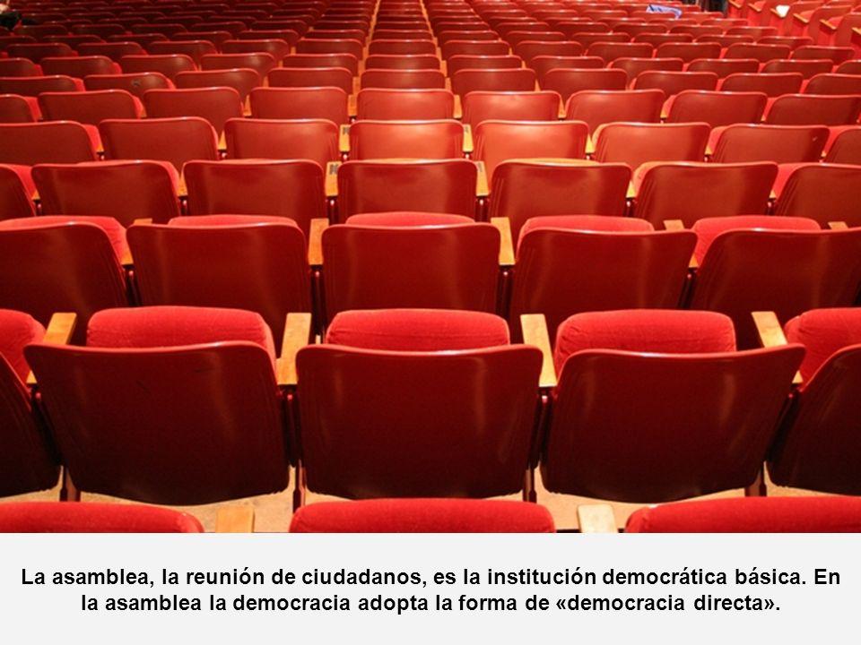 La asamblea, la reunión de ciudadanos, es la institución democrática básica. En la asamblea la democracia adopta la forma de «democracia directa».