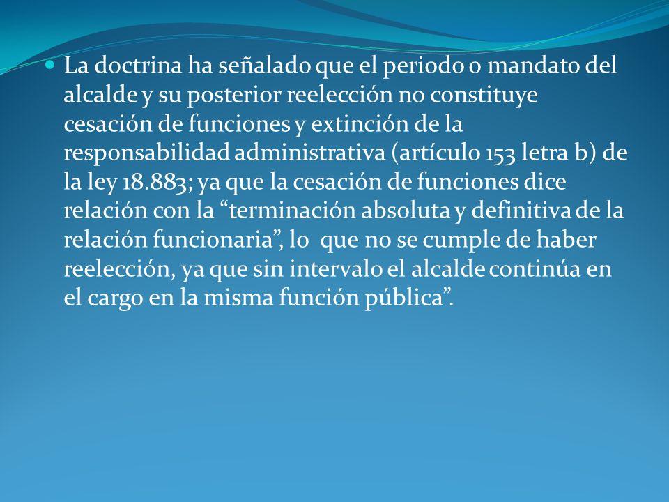 La doctrina ha señalado que el periodo o mandato del alcalde y su posterior reelección no constituye cesación de funciones y extinción de la responsab