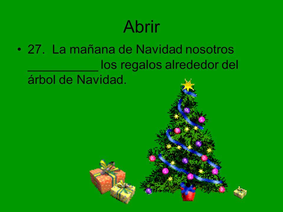 Abrir 27. La mañana de Navidad nosotros __________ los regalos alrededor del árbol de Navidad.