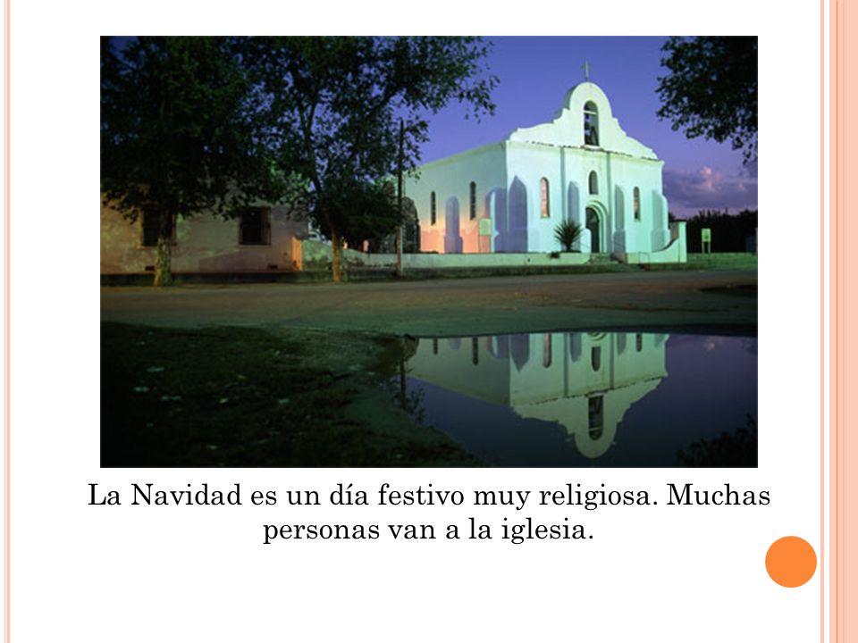 La Navidad es un día festivo muy religiosa. Muchas personas van a la iglesia.