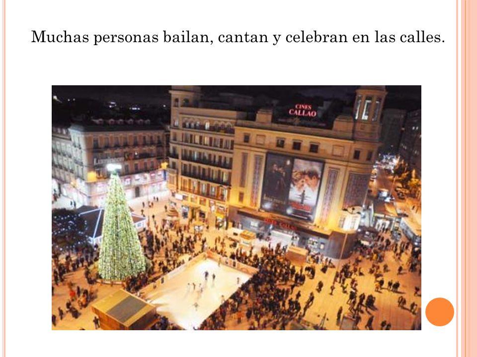 Muchas personas bailan, cantan y celebran en las calles.