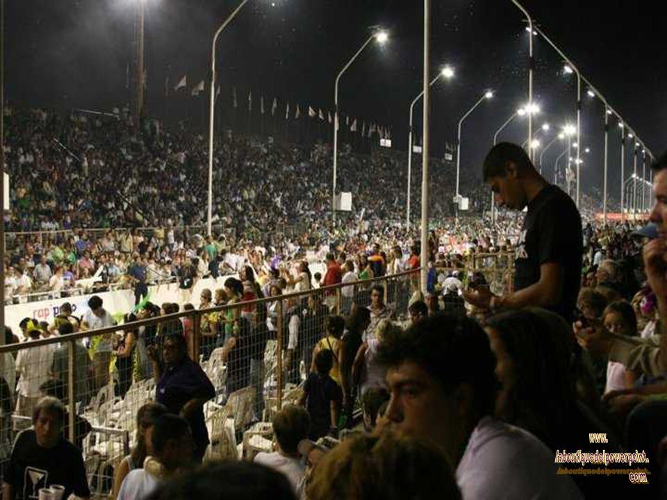 El espectáculo se realiza en el primer corsódromo de la Argentina, inaugurado en 1997 -el segundo en Sudamérica-, con una capacidad para 40.000 personas sentadas, que cuenta con tribunas, sillas y zona VIP.